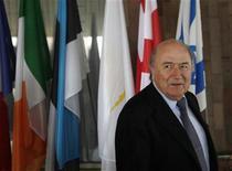 <p>Atual presidente da Fifa, Sepp Blatter, deixa coletiva de imprensa em Praga, na República Checa, em fevereiro de 2011. Blatter busca seu quarto mandato como presidente da Fifa, mas enfrenta oposição da Inglaterra. 08/02/2011 REUTERS/Petr Josek</p>