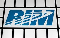 <p>Foto de archivo del logo de la firma canadiense Research In Motion, en su sede de Waterloo, nov 16 2009. El fabricante del popular Blackberry, la canadiense Research In Motion, lanzará su esperada Tablet PC llamada PlayBook con la tienda de música británica 7digital, anunciaron ambas compañías el miércoles. REUTERS/Mark Blinch</p>