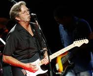 <p>La vente de 75 guitares et 55 amplificateurs d'Eric Clapton, mercredi à New York, a rapporté 2,15 millions de dollars (1,55 million d'euros), plus du triple des estimations. /Photo d'archives/REUTERS/Luke MacGregor</p>