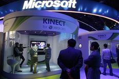 <p>Microsoft dit vendu en quatre mois plus de 10 millions d'unités de Kinect, un capteur de mouvements pour sa console Xbox, une performance inédite pour un objet de grande consommation. /Photo d'archives/ REUTERS/Steve Marcus</p>