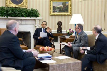 3月11日、東北地方太平洋沖地震を受け、米国が被害を受けた原子力発電所に冷却剤を輸送したほか、各国から援助の申し出が相次いだ。写真は地震の情報を聞くオバマ大統領ら(2011年 ロイター)