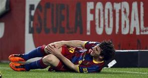 <p>Lionel Messi do Barcelona sente entrada durante jogo contra o Sevilla. O atacante argentino é um dos três jogadores do Barcelona que serão submetidos a tratamento para lesões sofridas no domingo, informou o clube líder do Campeonato Espanhol. 13/03/2011 REUTERS/Marcelo del Pozo</p>