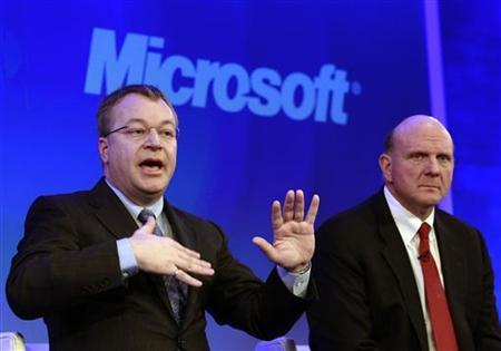 Nokia chief executive Stephen Elop (L) speaks, watched by Microsoft chief executive Steve Ballmer at a Nokia event in London February 11, 2011. REUTERS/Luke MacGregor