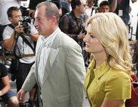 <p>Michael Lohan, pai de Lindsay Lohan, e sua advogada, Lisa Bloom, chegam a tribunal de Beverly Hills, Califórnia, Estados Unidos, em julho de 2010. De acordo com a polícia, ele foi preso por conflito com ex-namorada. 20/07/2010 REUTERS/Danny Moloshok</p>