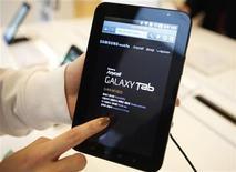 <p>Imagen de archivo de una tableta Galaxy de Samsung en una exhibición en Seúl. ene 18 2011. Samsung, el segundo mayor productor mundial de telefonía móvil, negó el miércoles que tenga una acumulación masiva de inventario de su Tablet PC Galaxy. REUTERS/Lee Jae-Won/Archivo</p>