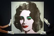 <p>Foto de archivo de un retrato de la actriz de Hollywood Elizabeth Taylor hecho por Andy Warhol en la casa de remates Christie's de Londres, jun 8 2010. Un retrato de la actriz de Hollywood Elizabeth Taylor hecho por Andy Warhol será subastado en Nueva York el 12 de mayo y se espera que se venda por hasta 30 millones de dólares, dijeron el jueves los subastadores Phillips de Pury. REUTERS/Stefan Wermuth</p>