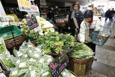 <p>Женщина покупает овощи в Токио 24 марта 2011 года. Тайвань, Южная Корея и Китай приостановили импорт пищевой продукции из некоторых регионов Японии из-за опасения радиационного заражения, присоединившись к растущему числу стран, отказавшихся от японских продуктов. REUTERS/Aly Song</p>