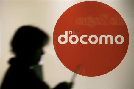 3月29日、NTTドコモはインド・タタに約140億円を追加出資すると関係筋が明らかにした。写真は都内のドコモショップ。2008年11月撮影(2011年 ロイター)