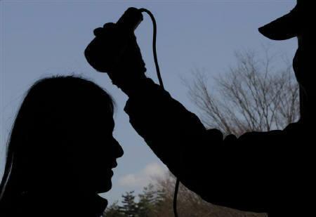 3月30日、巨大地震と大津波で被災した福島原発から深刻な放射能汚染が広がっている。「想定外だった」と政府・東電が繰り返す未曽有の大惨事となった。写真は28日、福島県で放射線量の検査を受ける女性(2011年 ロイター/Kim Kyung-Hoon)