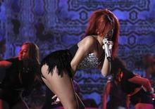 <p>Foto de archivo de la cantante Rihanna durante el entretiempo del partido de las estrellas de la NBA en Los Angeles, feb 20 2011. Rihanna ha dicho a la revista Rolling Stone que está de acuerdo con la decisión de un juez de suavizar una orden de alejamiento contra su ex novio Chris Brown por un altercado violento hace dos años, porque, según señaló, no quería perjudicar su carrera. REUTERS/Lucy Nicholson</p>