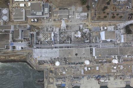 3月30日、東日本大震災で被災した福島第1原子力発電所からの放射能汚染が広がる中、現場で対応に追われている作業員らは、悪夢のようなシナリオに直面している。20日に撮影された同原発の提供写真(2011年 ロイター/Air Photo Service)