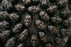 <p>Маски с лицом Барака Обамы на фабрике в Рио-де-Жанейро 10 февраля 2009 года. Мужчина, грабивший банки в маске президента США Барака Обамы, был пойман вскоре после очередного ограбления, пишет со ссылкой на полицию Австрии газета The Telegraph (http://www.telegraph.co.uk). REUTERS/Bruno Domingos</p>