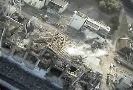4月12日、国内メディア各社によると、日本政府は福島第1原発の事故について、最悪となる「レベル7」に引き上げる検討に入った。写真は10日、同原発3号機のビデオ映像。東電提供(2011年 ロイター)