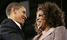 """<p>Foto de archivo del presidente de Estados Unidos, Barack Obama, junto a la presentadora de televisión Oprah Winfrey durante un reunión en la localidad de Des Moines, dic 8 2007. Obama junto a su esposa Michelle aparecerán en el programa televisivo """"The Oprah Winfrey Show"""" que se acerca a su fin tras 25 años de transmisión. REUTERS/Ramin Rahimian</p>"""