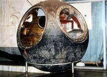<p>Foto de archivo de la cápsula espacial Vostok 3KA-2 en la casa de remates Sotheby's de Nueva York, mar 15 1996. Un empresario ruso compró una pieza histórica al pagar casi 2,9 millones de dólares en una subasta por la cápsula Vostok 3KA-2, que la Unión Soviética lanzó en un vuelo de prueba antes de enviar al primer hombre al espacio. REUTERS/STR New</p>