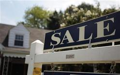 <p>A 'sale' sign advertises a home in Alexandria, Virginia July 22, 2010. REUTERS/Molly Riley</p>