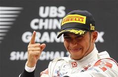 <p>Lewis Hamilton da McLaren comemora no pódio após vencer o Grande Prêmio da China, em Xangai. O britânico venceu um emocionante GP e encerrou uma série de quatro vitórias consecutivas do atual campeão mundial de Fórmula Um, Sebastian Vettel. 7/04/2011 REUTERS/Aly Song</p>