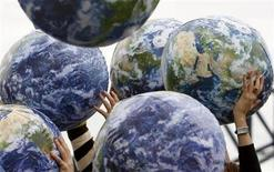 <p>People hold up inflatable world globes during World Environment Day celebrations in central Sydney June 5, 2009. REUTERS/Daniel Munoz</p>