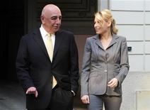 <p>Barbara Berlusconi, filha do dono do Milan Silvio Berlusconi, caminha com o presidente-executivo do clube, Adriano Galliani, após encontro da diretoria do Milan. 20/04/2011 REUTERS/Paolo Bona</p>