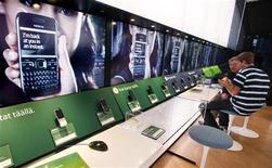 <p>Le bénéfice de Nokia ressort en recul mais est néanmoins supérieur aux attentes au titre du premier trimestre 2011. En raison de l'offensive de ses concurrents asiatiques et des smartphones d'Apple, Nokia a vu sa part de marché reculer de 33% à 29%. /Photo d'archives/REUTERS/Bob Strong</p>
