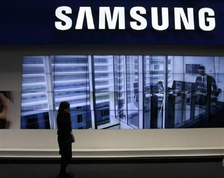 4月22日、韓国のサムスン電子は特許侵害で米アップルを逆提訴した。写真はバルセロナで2月開催された見本市でのサムスン電子の看板(2011年 ロイター/Gustau Nacarino)