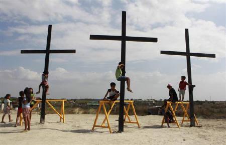 Filipinos re-enact Jesus's crucifixion in Easter ritual ...