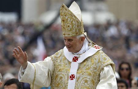 Pope Benedict XVI waves as he arrives to lead the Easter Mass in Saint Peter's Square at the Vatican April 24, 2011.  REUTERS/Max Rossi
