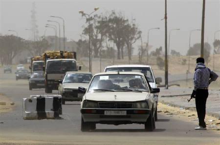 4月23日、NGOセーブ・ザ・チルドレンは、リビアで10歳未満の少女を含む子どもたちが性的暴行を受けている実態を明らかにした。写真は17日、ベンガジに向けて脱出する市民ら。アジュダビヤ近郊で撮影(2011年 ロイター/Yannis Behrakis)