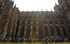 <p>Multitudes acuden a la Abadía de Westminster donde se celebrará la boda real REUTERS/Luke Macgregor</p>