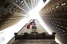 <p>Флаг США в Нью-Йорке 6 амя 2010 года. Соединенные Штаты обдумывают возможность введения санкций в отношении сирийских политиков, чтобы усилить давление на президента Башара аль-Ассада, жестко разгоняющего антиправительственные выступления, сообщил в понедельник американский чиновник. REUTERS/Lucas Jackson/Files</p>