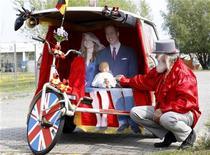 <p>Designer de bicicletas alemão Didi Senft apresenta sua nova criação em homenagem ao casamento do príncipe William com Kate Middleton, em Berlim. 26/04/2011 REUTERS/Tobias Schwarz</p>