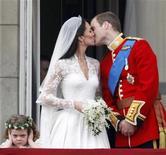 <p>La duquesa de Cambridge y su marido, el príncipe Guillermo de Gran Bretaña, se besan junto a la niña que acompaña a la novia, Grace van Cutsem, en Londres, abr 29 2011. El príncipe Guillermo, segundo en la línea de sucesión al trono británico, y su novia Kate Middleton se casaron el viernes en la Abadía de Westminster en una ceremonia llena de pompa, que atrajo una enorme audiencia en todo el mundo e insufló una nueva vida a la monarquía. REUTERS/Darren Staples</p>