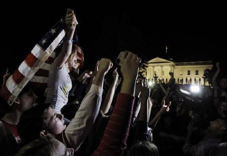 5月2日、オバマ米大統領は、ビンラディン容疑者を米国主導の作戦により1日にパキスタンで殺害したと発表。写真はホワイトハウスの外で歓声をあげる市民ら(2011年 ロイター/Jason Reed)