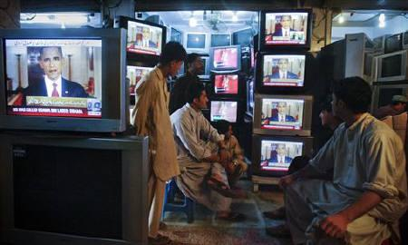 Shopkeepers gather around television screens showing a speech by U.S. President Barack Obama as he announced the death of al Qaeda leader Osama bin Laden at a market in Quetta May 2, 2011. REUTERS/Naseer Ahmed