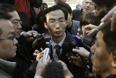 Li Fangping, lawyer for well-known dissident Hu Jia, talks to journalists outside the Beijing Number One Intermediate People's Court after Hu was sentenced for subversion April 3, 2008. REUTERS/Claro Cortes IV