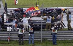<p>Carro danificado de Sebastian Vettel após bater com força durante o treino livre para o Grande Prêmio da Turquia. 06/05/2011 REUTERS/Osman Orsal</p>