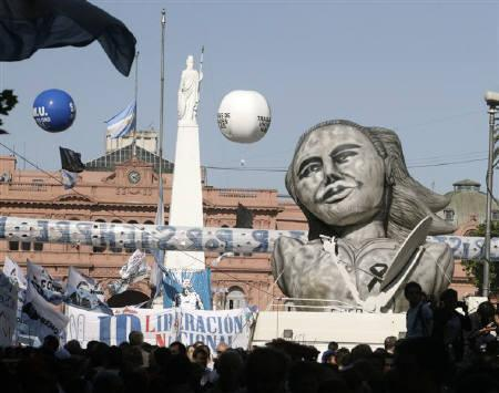 An inflatable balloon representing Argentine icon Eva Peron is displayed in front of the Presidential Palace during the wake of former President Nestor Kirchner in Buenos Aires October 28, 2010.  REUTERS/Andres Stapff/Files