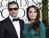 <p>Foto de archivo de la pareja de actores de Hollywood Brad Pitt y Angelina Jolie a su llegada a la entrega de los Globos de Oro en Beverly Hills, EEUU, ene 16 2011. Una mujer que trabajó para la pareja de actores de Hollywood Brad Pitt y Angelina Jolie quiere demandarlos por despido improcedente de su empleo como secretaria en su mansión del sur de Francia, dijo el jueves su abogado. REUTERS/Mario Anzuoni</p>