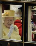 <p>Foto de archivo de la reina Isabell II de Gran Bretaña junto a su marido, el príncipe Felipe, rumbo a la abadía de Buckingham en Londres, abr 29 2011. Isabel II superó el jueves a Jorge III como el segundo monarca que más tiempo ha reinado en el Reino Unido en más de 1.000 años de historia. REUTERS/Paul Hackett</p>