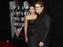 """Ator Matt Damon e sua esposa Luciana Bozan Barroso na estréia de """"Agentes do Destino"""" em Nova York, fevereiro de 2011. 14/02/2011 REUTERS/Joshua Lott"""
