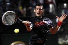 O sérvio Novak Djokovic retorna lance para o suíço Stanislas Wawrinka durante partida do Masters de Roma. 12/05/2011 REUTERS/Giampiero Sposito
