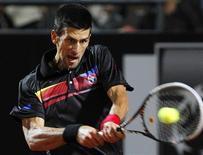 Novak Djokovic, tenista da Sérvia, retorna lance para Robin Soderling, da Suécia, durante partida do Masters de Roma. 13/05/2011 REUTERS/Alessia Pierdomenico
