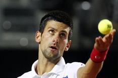 O sérvio Novak Djokovic saca durante partida contra o espanhol Rafael Nadal na final do Masters de Roma. 15/05/2011 REUTERS/Alessia Pierdomenico