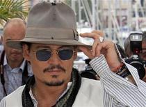 """Membro do elenco de """"Piratas do Caribe - Navegando em Águas Misteriosas"""", Johnny Depp, posa durante a 64a edição do Festival de Cannes, em 14 de maio de 2011. O filme estreia nesta sexta-feira, inclusive no Brasil. 14/05/2011 REUTERS/Jean-Paul Pelissier"""