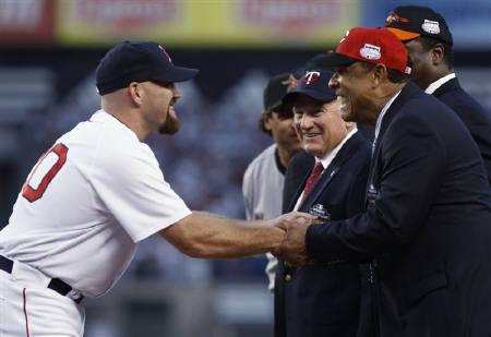 5月17日、MLBのツインズなどで歴代11位の573本塁打を記録した強打者ハーモン・キルブリュー氏(右から3人目)が、食道がんのため74歳で亡くなった。2008年7月撮影(2011年 ロイター/Mike Segar)