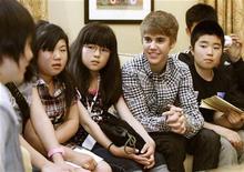 Astro canadense do pop Justin Bieber se reúne com crianças japonesas afetadas pelo terremoto e tsunami no Japão, na residência do embaixador norte-americano, em Tóquio. 18/05/2011 REUTERS/Yuriko Nakao