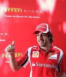 Fernando Alonso da Ferrari, na inaguração de loja da equipe em Barcelona. Alonso disse que planeja terminar sua carreira da Fórmula 1 na Ferrari, depois que a equipe italiana anunciou nesta quinta-feira que ampliou o contrato do bicampeão mundial para o final de 2016. 19/05/2011  REUTERS/Albert Gea