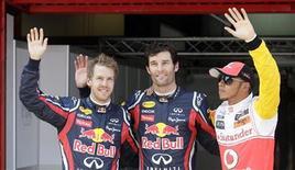 Os corredores da Red Bull Sebastian Vettel (E), da Alemanha, e Mark Webber (C), da Austrália e Lewis Hamilton, da após a sessão de qualificação do Grande Prêmio da Espanha, em Montmelo. Mark Webber ficou com a pole position. 21/05/2011 REUTERS/Albert Gea