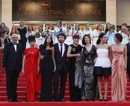 """O diretor Radu Mihaileanu (C) e membros do elenco do filme """"La Source des Femmes"""", chegam ao 64o Festinal de Cannes.  O filme ganhou elogios no Festival e alguns expectadores ficaram comovidos pelo fato de a produção expressar o espírito das revoltas da """"Primavera Árabe"""" deste ano. 21/05/2011 REUTERS/Yves Herman"""