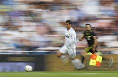 Cristiano Ronaldo conduz a bola em partida em que o Real Madrid venceu o Almeria por 8 x 1, neste sábado.